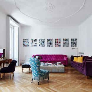 Esempio di un soggiorno tradizionale con pareti bianche, pavimento in legno massello medio e pavimento marrone