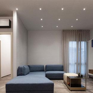 ミラノの中サイズのモダンスタイルのおしゃれなLDK (マルチカラーの壁、磁器タイルの床、横長型暖炉、金属の暖炉まわり、埋込式メディアウォール、グレーの床) の写真