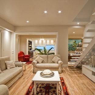 カターニア/パルレモのトラディショナルスタイルのおしゃれなリビング (白い壁、無垢フローリング、据え置き型テレビ) の写真