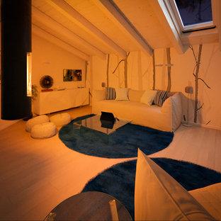 Cette photo montre une salle de séjour tendance de taille moyenne et ouverte avec un mur multicolore, un sol en bois clair et cheminée suspendue.