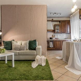 Ispirazione per un soggiorno eclettico con pareti beige e pavimento beige