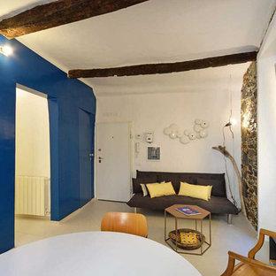 他の地域の小さいインダストリアルスタイルのおしゃれな独立型リビング (青い壁、磁器タイルの床、据え置き型テレビ、白い床) の写真