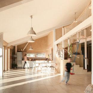 Ispirazione per un grande soggiorno country aperto con pareti beige, pavimento con piastrelle in ceramica e pavimento beige