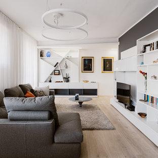 Idéer för stora funkis allrum med öppen planlösning, med ljust trägolv, en inbyggd mediavägg, beiget golv och grå väggar