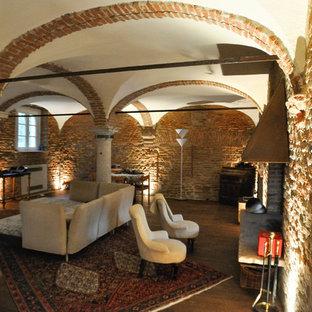 他の地域の巨大なモダンスタイルのおしゃれなLDK (濃色無垢フローリング、両方向型暖炉、金属の暖炉まわり、壁掛け型テレビ、茶色い床、フォーマル、茶色い壁) の写真