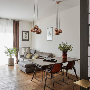 Ispirazione per un soggiorno contemporaneo di medie dimensioni e aperto con pareti bianche, pavimento in legno massello medio, nessun camino, sala formale e pavimento marrone