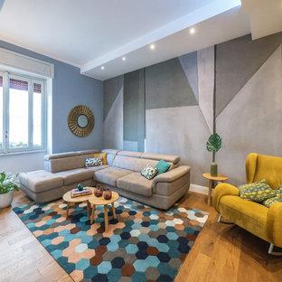 Idee per un soggiorno contemporaneo con pavimento in legno massello medio, pareti multicolore e pavimento marrone
