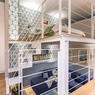 Diseño de salón tipo loft y papel pintado, contemporáneo, pequeño, papel pintado, con paredes multicolor, suelo de madera clara, televisor colgado en la pared y papel pintado