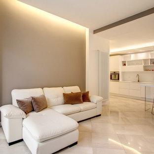 ローマの中サイズのモダンスタイルのおしゃれなLDK (マルチカラーの壁、大理石の床、暖炉なし、白い床) の写真