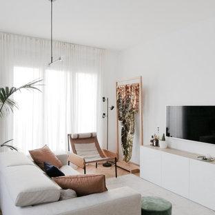 Foto di un soggiorno minimal aperto con TV a parete, pareti bianche, pavimento in legno massello medio e pavimento marrone