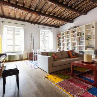 Foto di un soggiorno bohémian aperto con sala della musica, pareti bianche e pavimento in legno massello medio