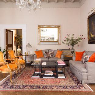 Idee per un soggiorno classico con sala formale, pareti beige, parquet scuro e pavimento marrone