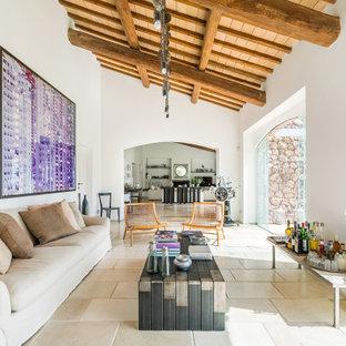 Idee per un soggiorno mediterraneo con pareti bianche, nessun camino, nessuna TV e pavimento beige