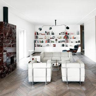 Foto di un soggiorno moderno aperto con pareti bianche, parquet scuro, camino lineare Ribbon, cornice del camino in pietra e pavimento marrone