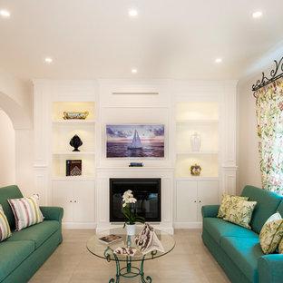Idee per un soggiorno stile marino con camino classico, parete attrezzata e pavimento beige
