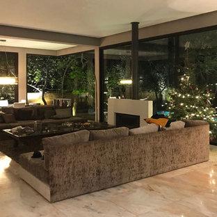 Idéer för ett stort eklektiskt allrum med öppen planlösning, med ett finrum, grå väggar, marmorgolv, en öppen vedspis, en spiselkrans i gips och rosa golv