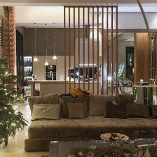 Foto di un grande soggiorno boho chic aperto con pareti grigie, pavimento in marmo, stufa a legna, nessuna TV e pavimento rosa