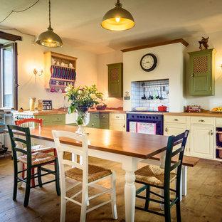 Immagine di un grande soggiorno country aperto con pareti bianche e pavimento in legno massello medio