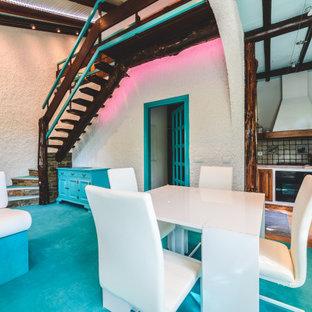 Diseño de salón para visitas abierto, minimalista, de tamaño medio, con paredes blancas, moqueta, chimenea tradicional, marco de chimenea de ladrillo, televisor retractable y suelo turquesa
