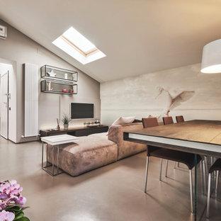 Foto di un grande soggiorno minimal aperto con sala formale, pareti beige, pavimento in cemento, TV a parete e pavimento grigio