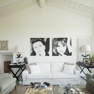 Immagine di un soggiorno country con pareti bianche