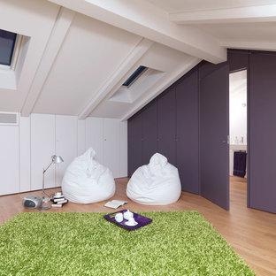 Immagine di un soggiorno minimal di medie dimensioni e chiuso con pavimento in legno massello medio