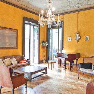 Ispirazione per un grande soggiorno tradizionale con sala della musica, pareti gialle e parquet chiaro
