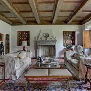 Immagine di un soggiorno tradizionale chiuso con sala formale, pareti bianche, camino classico e pavimento rosso