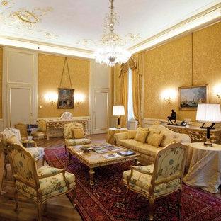 Idee per un ampio soggiorno chic chiuso con pareti gialle e pavimento in legno massello medio