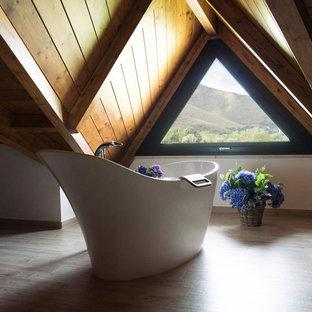 他の地域の中くらいのコンテンポラリースタイルのおしゃれなオープンリビング (白い壁、淡色無垢フローリング、ベージュの床、板張り天井) の写真