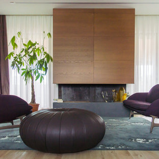 Esempio di un soggiorno minimal aperto e di medie dimensioni con pareti marroni, pareti bianche, parquet chiaro e cornice del camino in legno