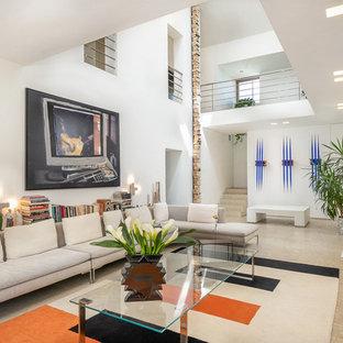 Foto di un soggiorno minimal con pareti bianche, camino classico e pavimento beige