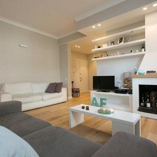 Idee per un soggiorno contemporaneo di medie dimensioni e aperto con pareti grigie, parquet chiaro, camino classico, cornice del camino in mattoni e TV autoportante