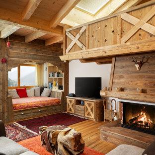 Ispirazione per un soggiorno rustico aperto con pareti bianche, pavimento in legno massello medio, camino classico, TV autoportante e pavimento marrone