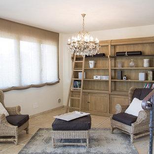 Foto di un piccolo soggiorno country aperto con pareti bianche, pavimento con piastrelle in ceramica e pavimento beige