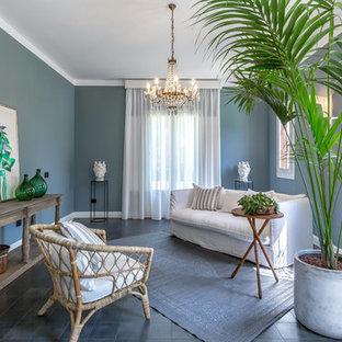 Ispirazione per un soggiorno stile marinaro con pareti blu e pavimento grigio