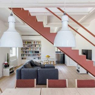 Esempio di un soggiorno design aperto con pareti bianche, pavimento in legno massello medio e pavimento marrone