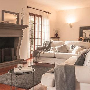 Idee per un soggiorno tradizionale con pareti bianche, pavimento in legno massello medio, camino classico e pavimento marrone