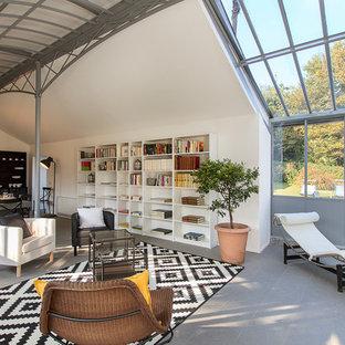 Idee per un ampio soggiorno industriale aperto con libreria e pareti bianche