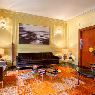 Idee per un soggiorno tradizionale con pareti gialle, parquet scuro e pavimento marrone