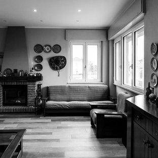 Idee per un soggiorno stile rurale di medie dimensioni e aperto con pareti grigie, pavimento in marmo, camino classico, cornice del camino in mattoni e pavimento marrone