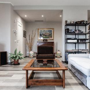 ミラノの中サイズのラスティックスタイルのおしゃれなLDK (グレーの壁、大理石の床、標準型暖炉、レンガの暖炉まわり、茶色い床) の写真