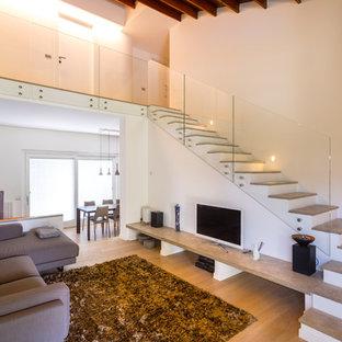 Идея дизайна: открытая гостиная комната в стиле модернизм с белыми стенами, светлым паркетным полом, отдельно стоящим ТВ и желтым полом