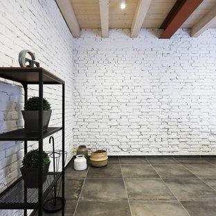 Idéer för ett stort industriellt allrum på loftet, med ett musikrum, vita väggar, klinkergolv i porslin, en väggmonterad TV och grått golv