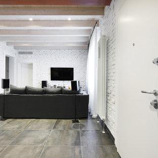 Inspiration för ett stort industriellt allrum på loftet, med ett musikrum, vita väggar, klinkergolv i porslin, en väggmonterad TV och grått golv