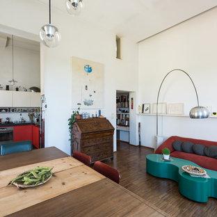 Ispirazione per un soggiorno minimal aperto con pareti bianche, parquet scuro, nessun camino e pavimento marrone