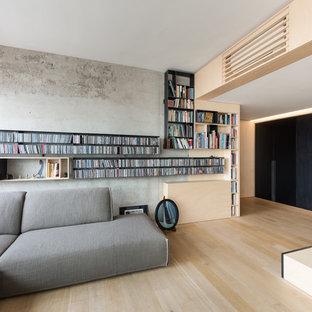 Esempio di un soggiorno design con parquet chiaro, sala della musica, TV autoportante, pareti grigie e pavimento beige