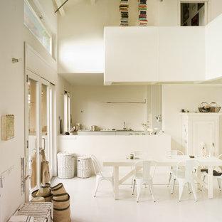 Immagine di un ampio soggiorno minimal aperto con pareti bianche e pavimento in gres porcellanato