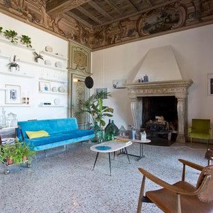 Idee per un grande soggiorno eclettico chiuso con pareti bianche, camino classico e cornice del camino in pietra