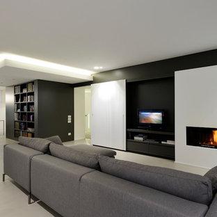 他の地域の広いモダンスタイルのおしゃれなLDK (ライブラリー、マルチカラーの壁、横長型暖炉、据え置き型テレビ、ベージュの床) の写真